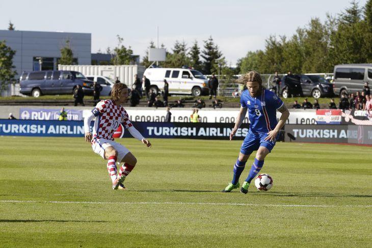Birkir Bjarnason sækir að Luka Modric í kvöld.