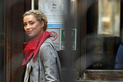 Amber Heard á leið til réttarhaldanna í morgun.