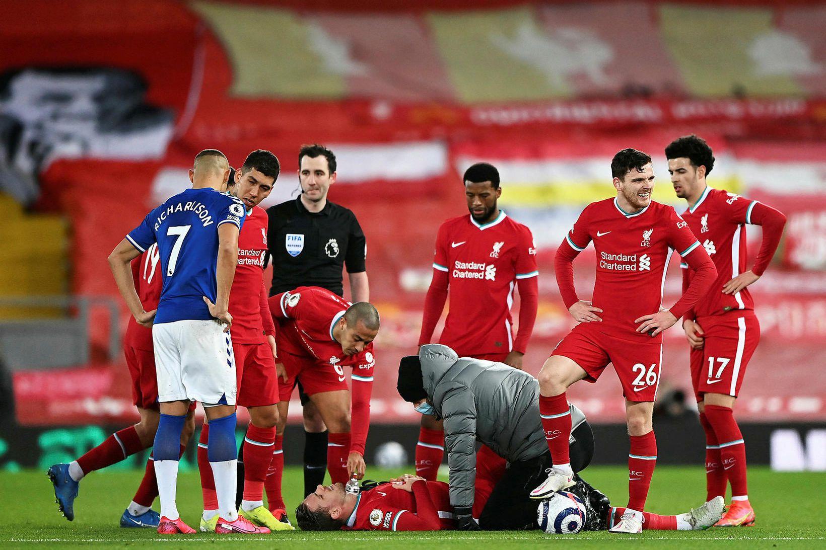Jordan Henderson fær aðhlynningu vegna meiðslanna í leiknum við Everton.