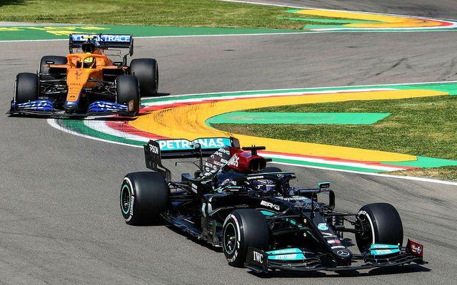 Lewis Hamilton á Mercedes (framar) og Lando Norris á McLaren á seinni æfingu dagsins í …