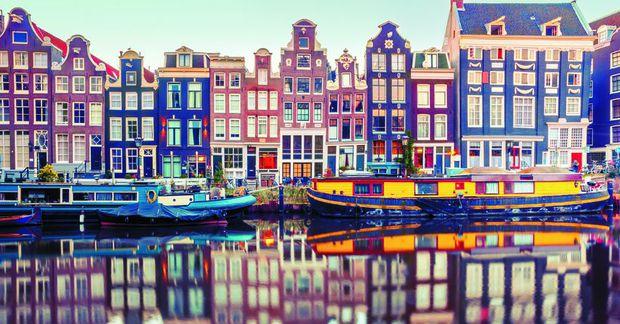 Amsterdam er einstaklega falleg borg með sínum gömlu mjóu húsum, sem hlykkjast meðfram síkjunum sem …