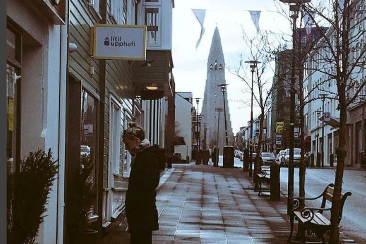 Jane Fallon sést hér kíkja í búðarglugga á Skólavörðustíg. Það ...