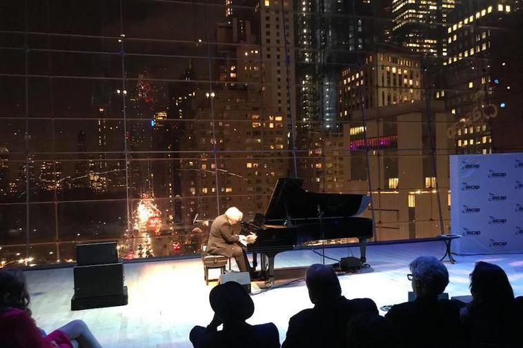 Kári spilar í Lincoln Center.