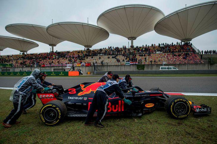 Daniel Ricciardo varð að leggja við brautarkant í Sjanghæ vegna vélarbilunar.