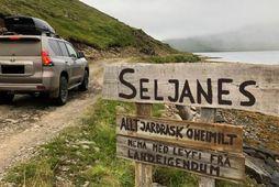Landeigendur hluta Seljaness hafa komið fyrir skilti þar sem tekið er fyrir allt jarðrask.